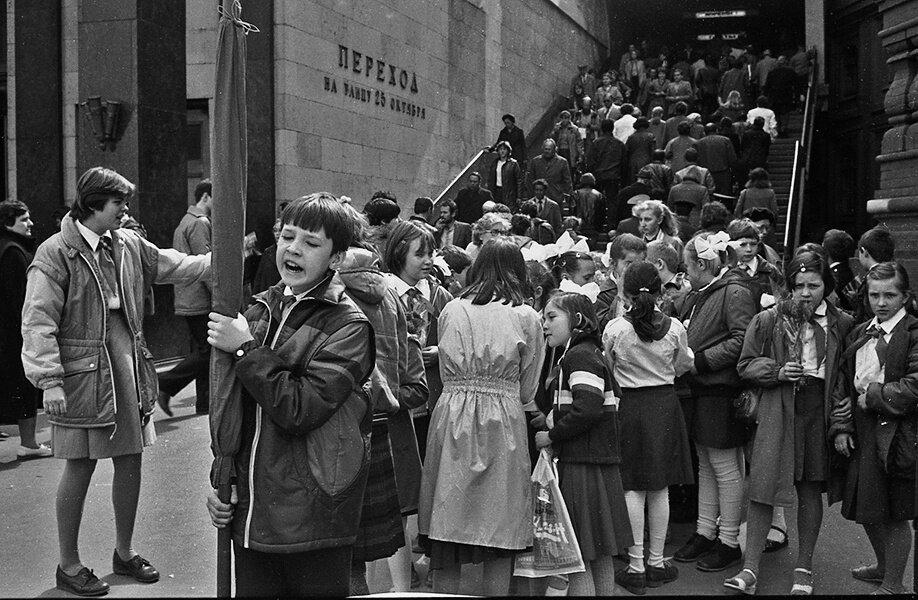 Переход на улицу 25 Октября. Александр Бобкин, 7 июля 1987 года, г. Москва, ул. 25 Октября, из архива Александра Алексеевича Бобкина.
