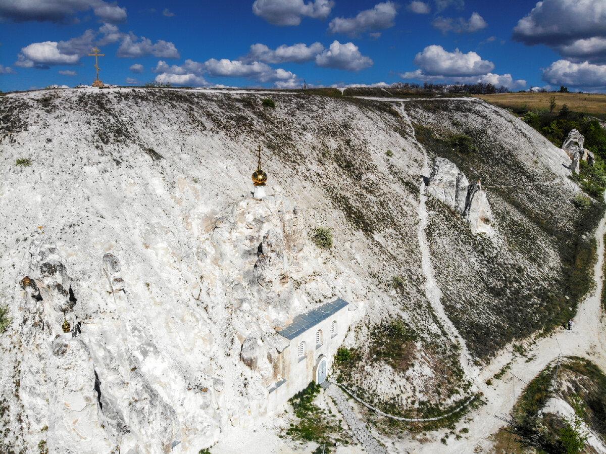 Храм построен прямо в скале