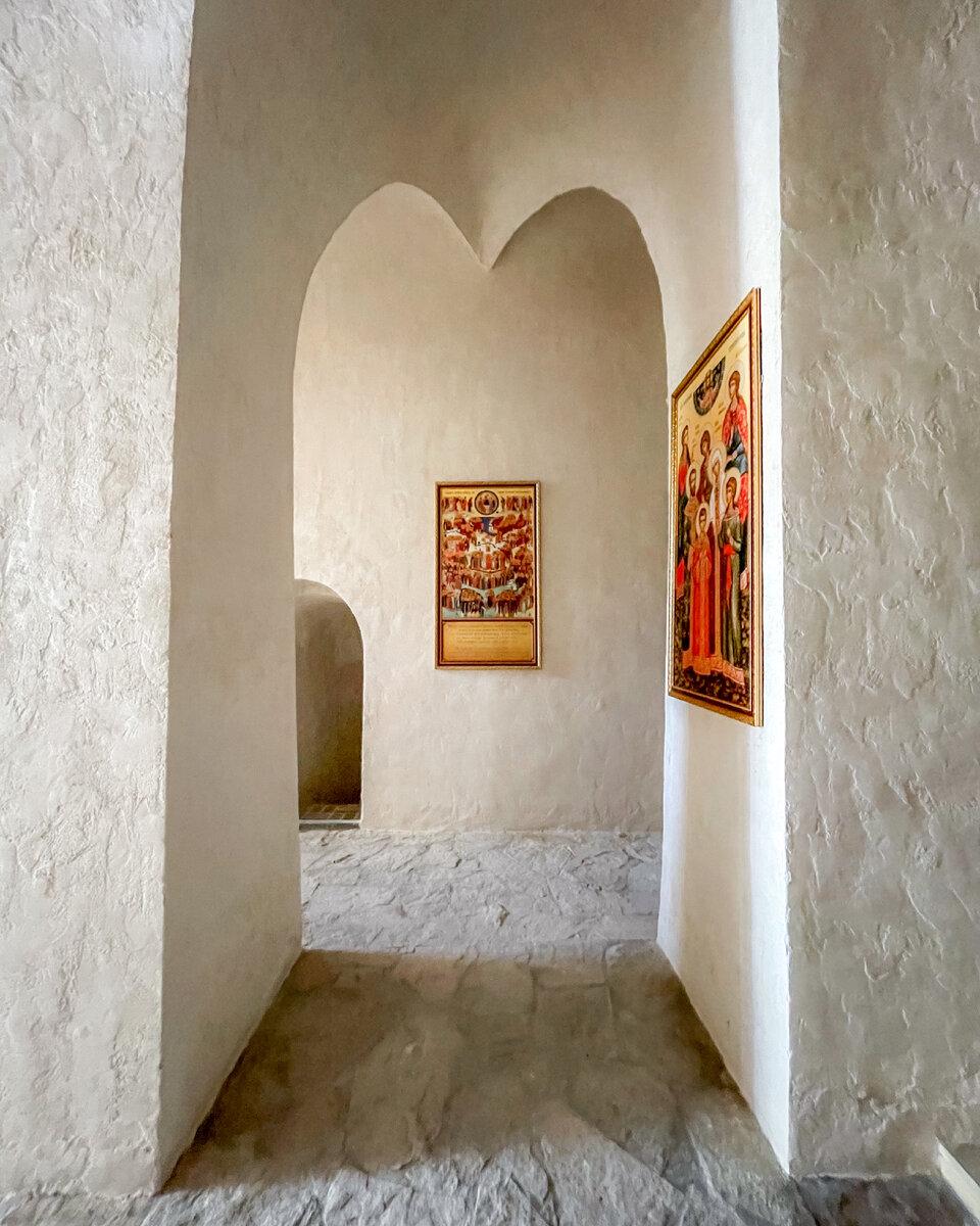 Внутри храм в скале выглядит вот так. И там ооочень холодно!