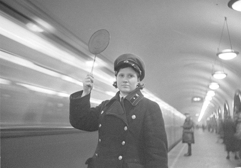 Дежурная по станции метро «Площадь Революции». Эммануил Евзерихин, 1940 год, г. Москва, МАММ/МДФ.