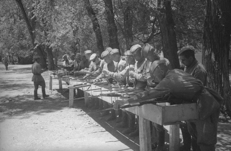Кавалерийский полк. Солдаты, разбирающие винтовки. Георгий Петрусов, Георгий Петрусов, 1930-е, СССР, МАММ/МДФ.