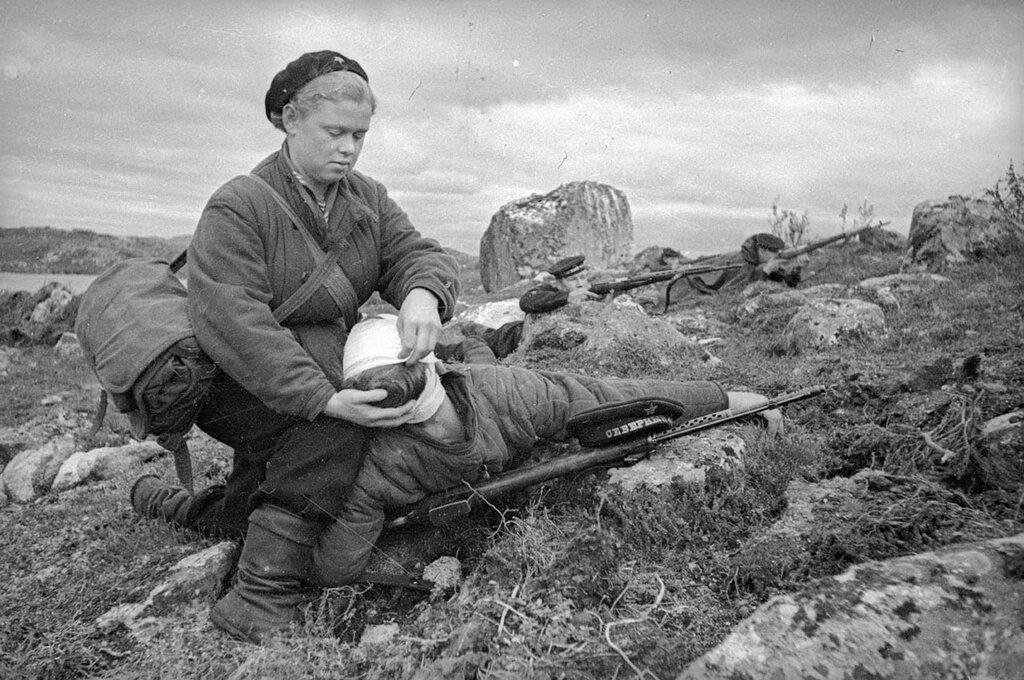 Медсестра-санинструктор Нина Буракова перевязывает раненного в бою солдата. Северный флот. Евгений Халдей, 1942 год, п-ов Рыбачий, МАММ/МДФ.