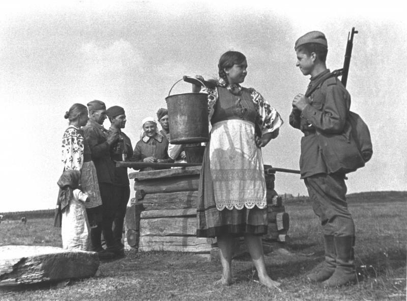 Девушка и солдат у колодца. Марк Марков-Гринберг, 1944 год, Белорусская ССР, МАММ/МДФ.