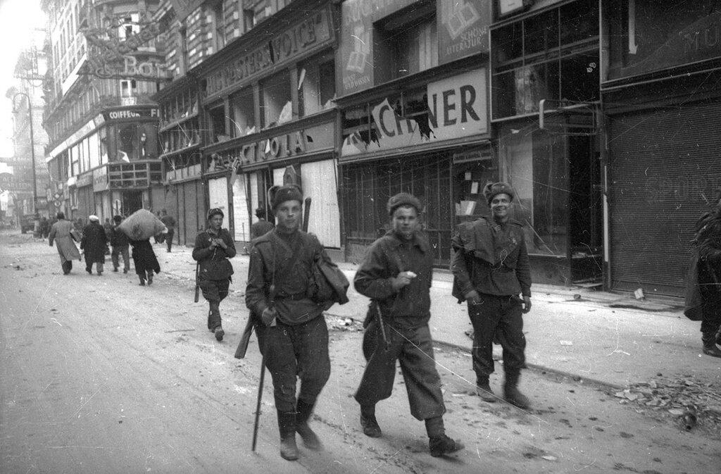 Советские солдаты в освобожденной Вене. Евгений Халдей, апрель 1945 года, г. Вена, МАММ/МДФ.