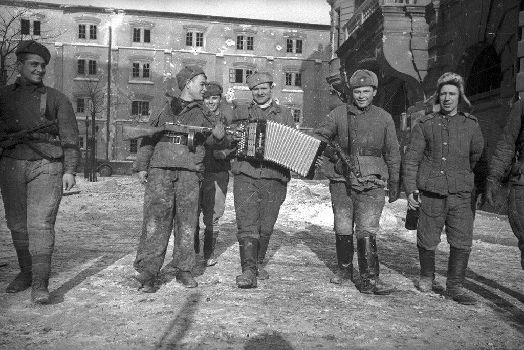 Советские солдаты с тульской гармошкой в Будапеште. Евгений Халдей, февраль 1945 года, Венгрия, г. Будапешт, МАММ/МДФ.