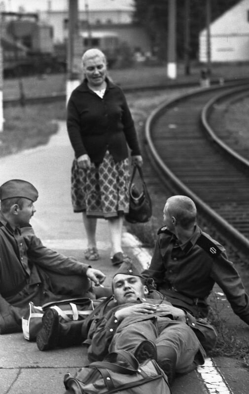 Калининград, 1980-е. На побывку едет молодой солдат. Южный вокзал. Дмитрий Вышемирский, 1986 год, Калининградская область, из архива Дмитрия Вышемирского.
