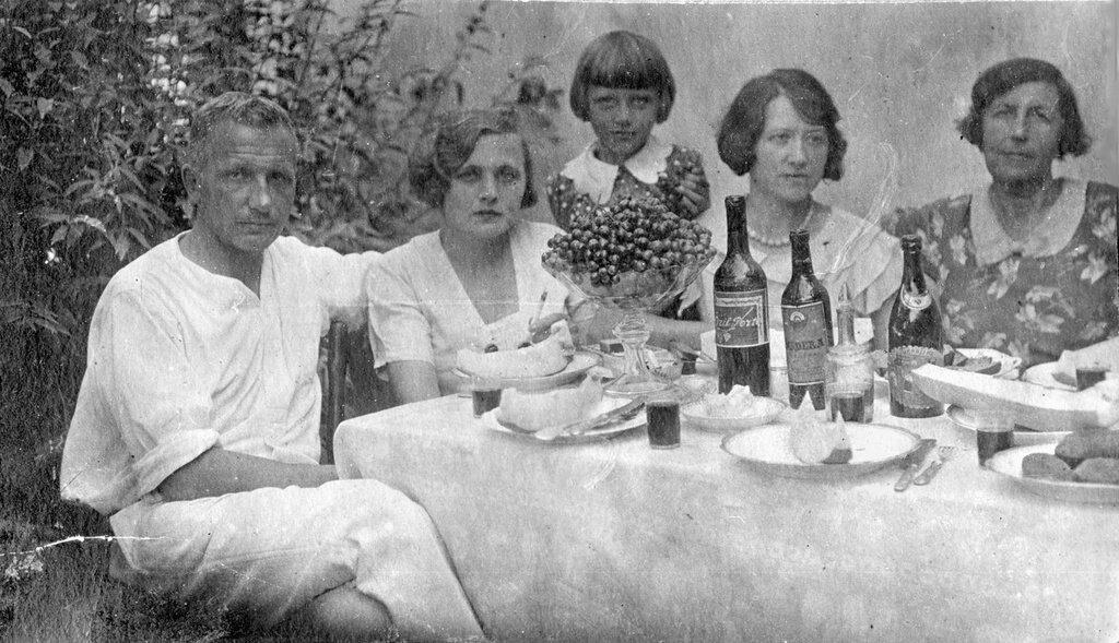 Компания отдыхающих на даче. Неизвестный автор, август 1932 года, Ленинградская обл., р-н Всеволжска, из архива Владимира Александровича Карлова.