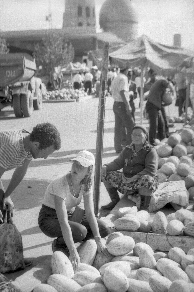 «Любая дыня лучше». Павел Сухарев, 3 - 24 сентября 1986 года, г. Самарканд, из архива Павла Сергеевича Сухарева.