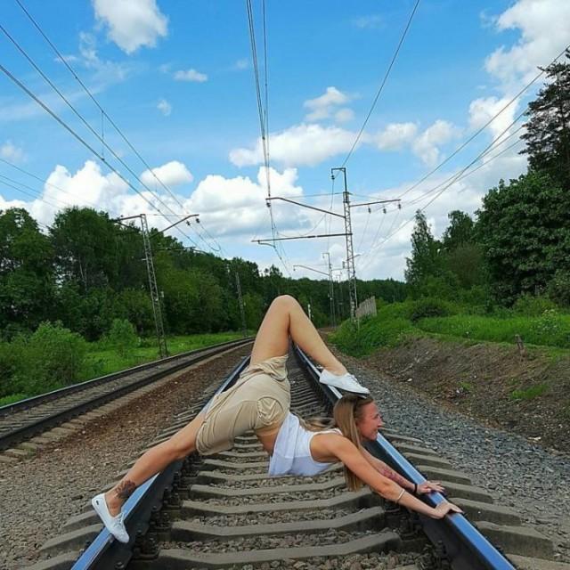 Лишь только мужчины шагают по шпалам... Девчонки на рельсах сидят