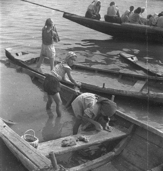 Маленькие хозяйки. Волга. Юрий Кривоносов, 1957 год, МАММ/МДФ.