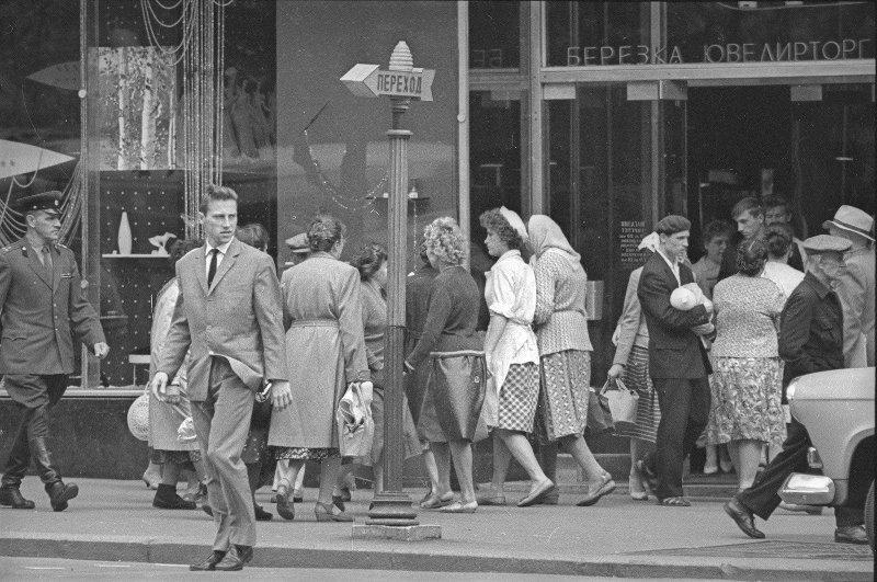 У магазина «Березка» на улице Горького. Юрий Кривоносов, 1962 год, г. Москва, МАММ/МДФ.