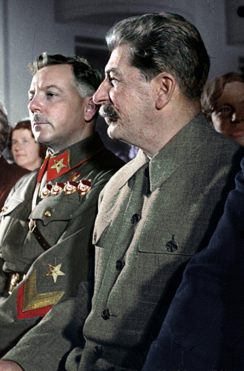 1937 г.В зале заседаний Верховного Совета СССР Иосиф Виссарионович Сталин (справа) и Климент Ефремович Ворошилов (слева).
