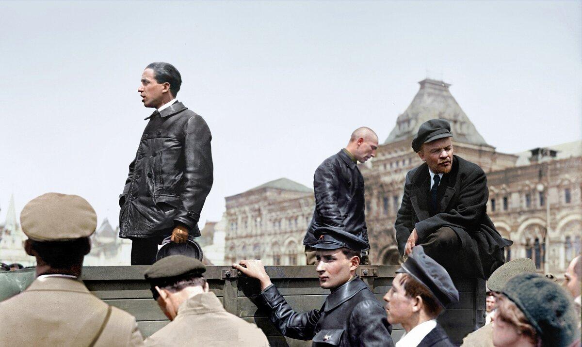25 мая 1919 г.Владимир Ленин на Красной площади во время праздника частей Всевобуча Речь произносит Тибор Самуэли, венгерский политический деятель, приехавший в Москву в конце мая 1919 года, чтобы обсудить с Лениным перспективы мировой революции. Второй слева Марьясин Л.Е.