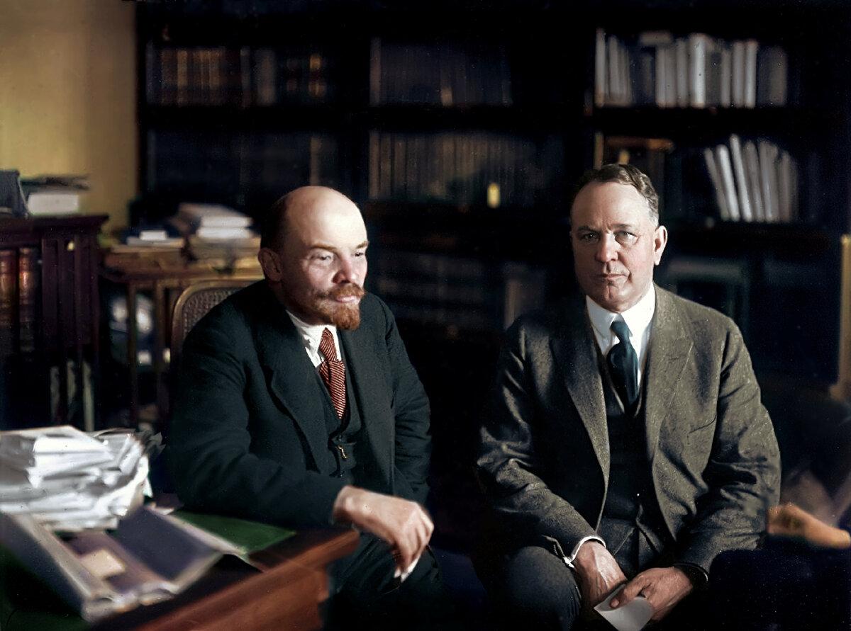 28 ноября 1921 г.. Владимир Ильич Ленин с американским экономистом Кристенсеном в своем кабинете в Кремле.