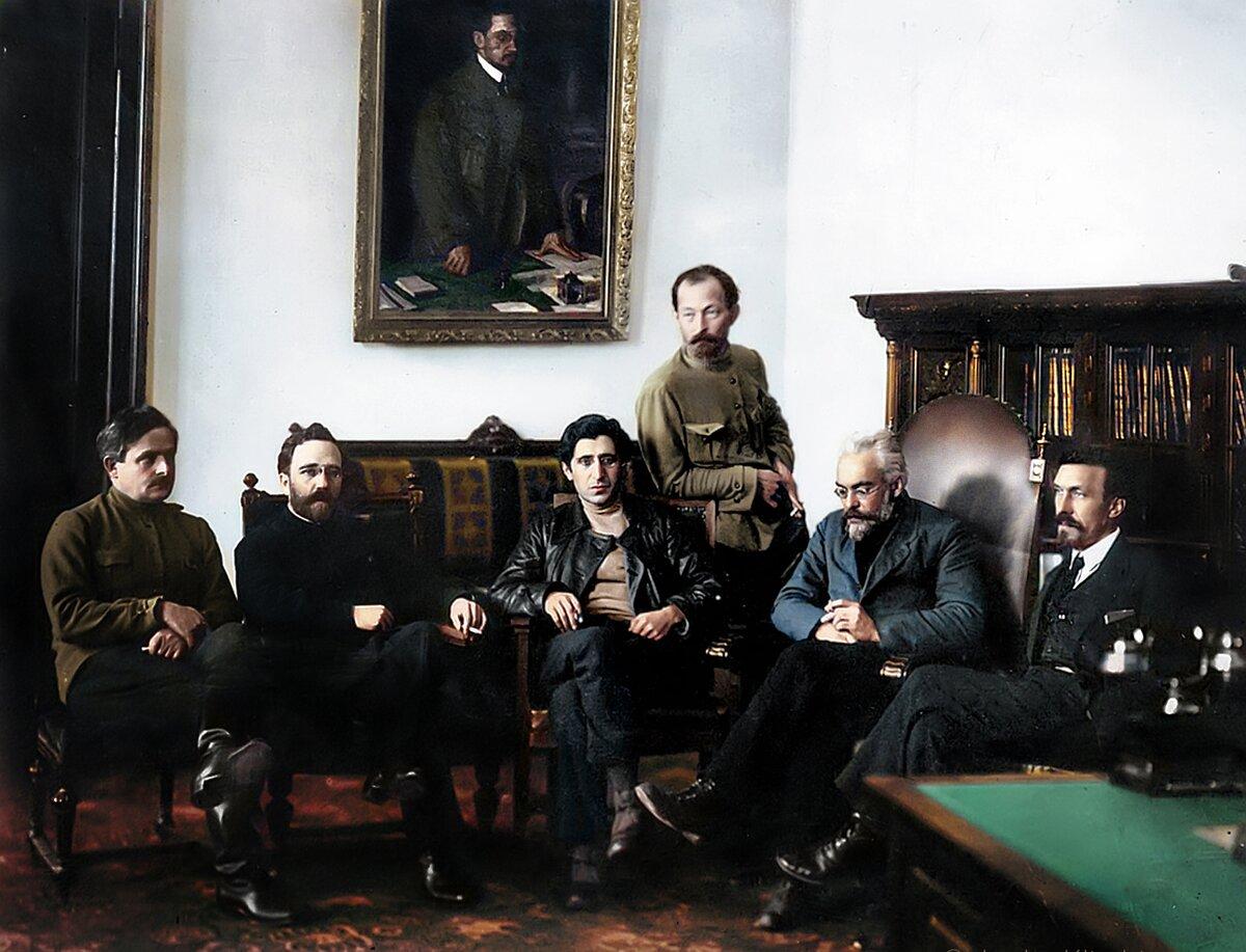 1922 г. В кабинете Дзержинского, слева направо: Енукидзе, Каменев, Аванесов, Смидович и Рыков.