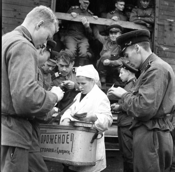 Эшелон с демобилизованными переходит границу. Всеволод Тарасевич, 1956 год, г. Славянск, МАММ/МДФ.