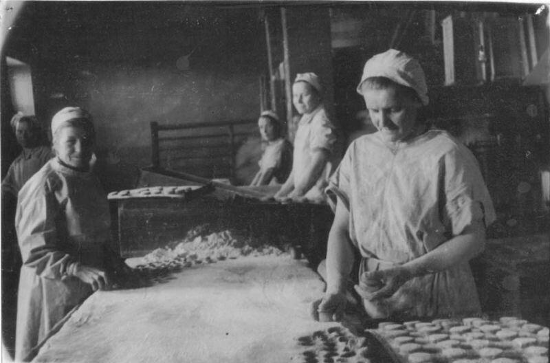 Пряничное производство на кондитерской фабрике. Г. Ефимовский, 1948 год, г. Череповец и Череповецкий район, Череповецкое музейное объединение.