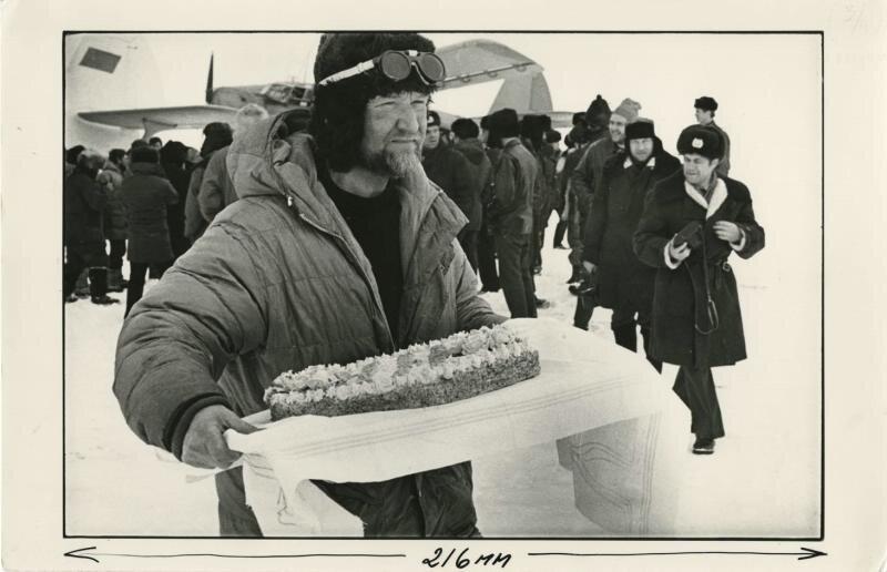 Вадим Давыдов с праздничным тортом. Александр Абаза, 1988 год, МАММ/МДФ.