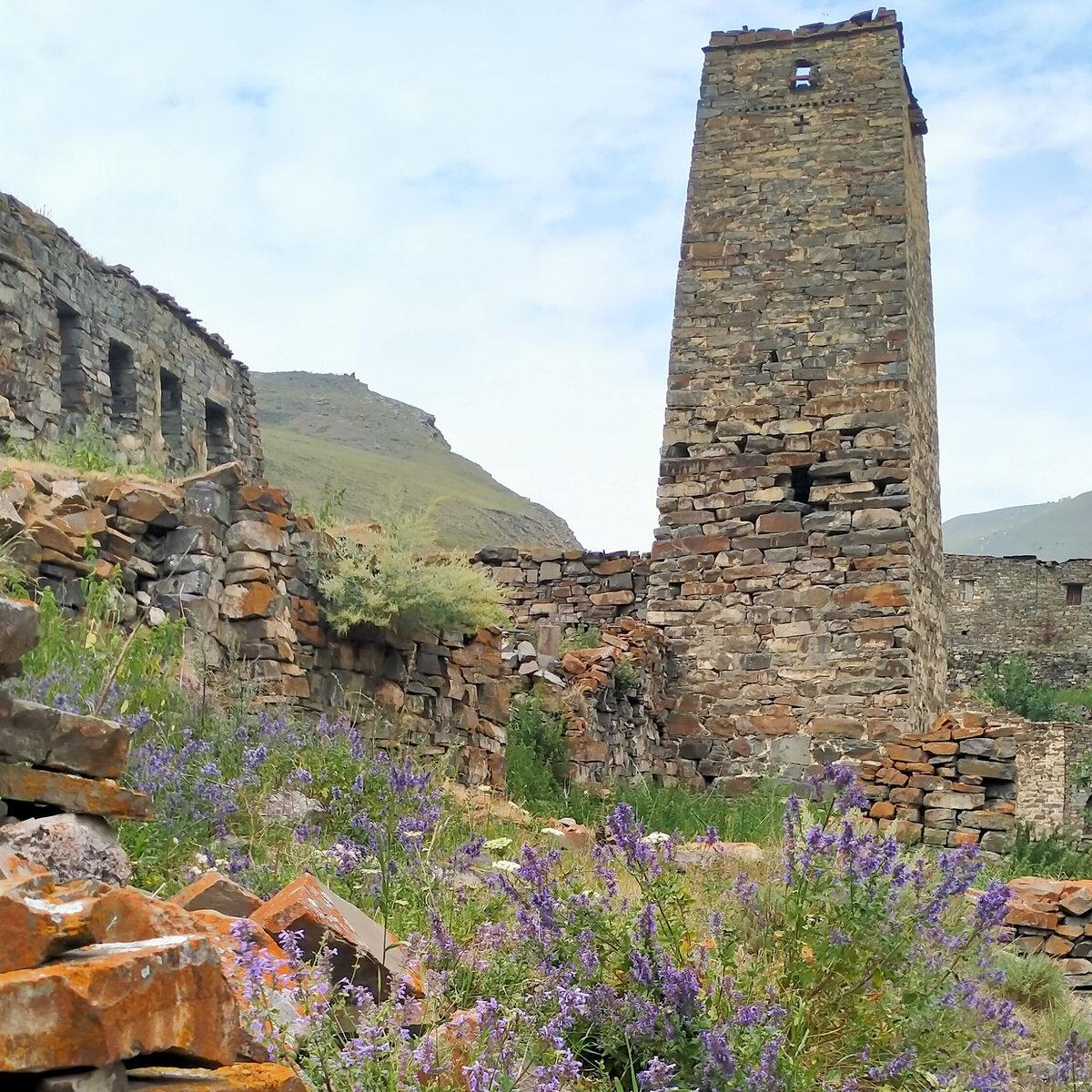 Башня Езеевых (Езеты масуг), расположена у южного въезда в селение. Арочный вход на высоте 2,75 м, высота башня 21,40 м.