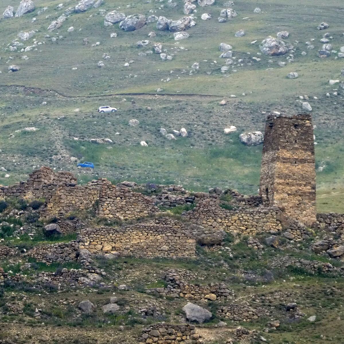 Башня Кодоевых (Къодоти масуг) расположена на северной окраине села Галиат. Высота – 14 м. Вход на высоте - 1 метр. Стены прорезаны бойницами.