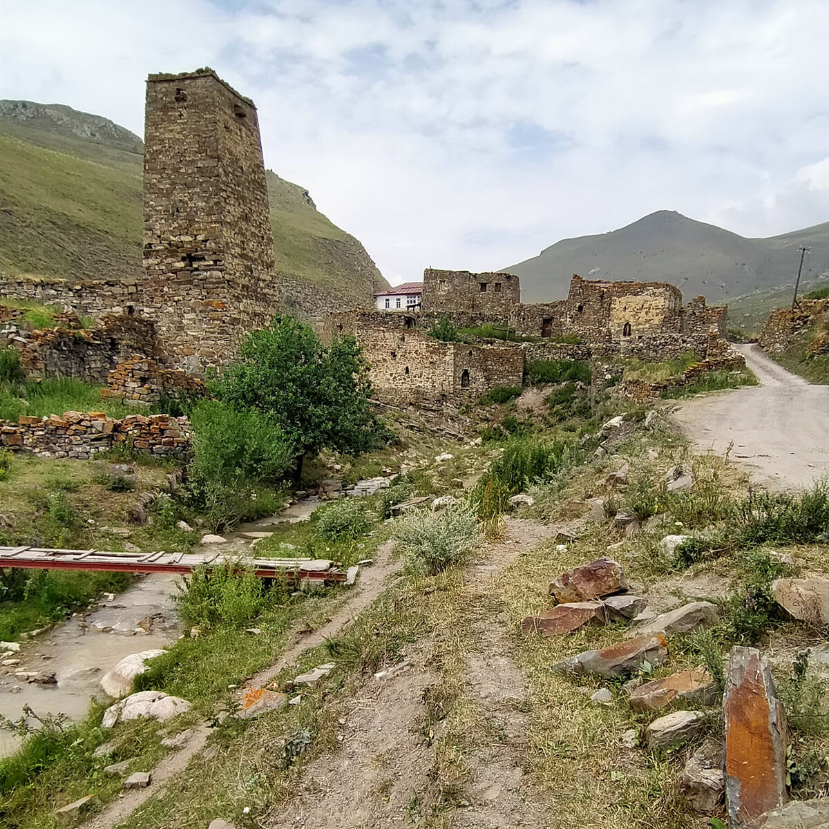 Справа от башни Езеевых - руины галуана Битуевых. Галуаном осетины называют замки. Хозяева покинули его в XIX веке.