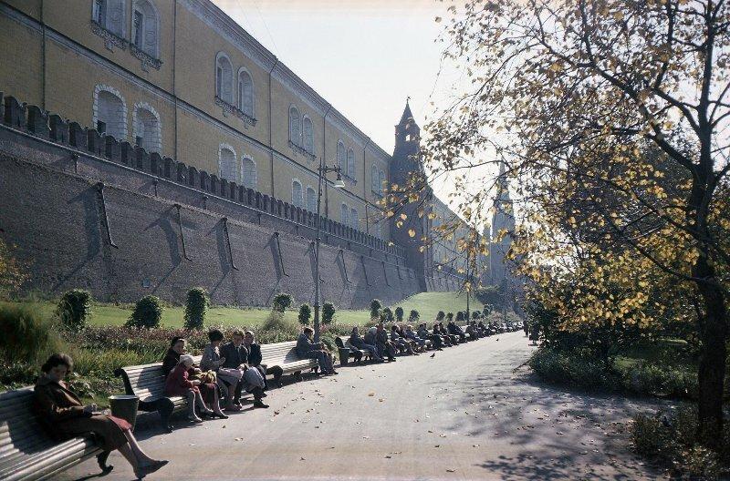 В Александровском саду. Иван Шагин, 1960-е, г. Москва, Александровский сад, МАММ/МДФ.