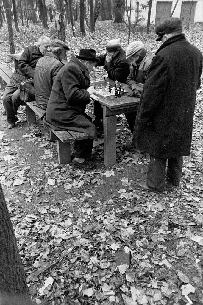 Шахматисты в парке Горького. Игорь Стомахин, 21 октября 1987 года, г. Москва, ул. Крымский вал, д. 9, из архива Игоря Стомахина.